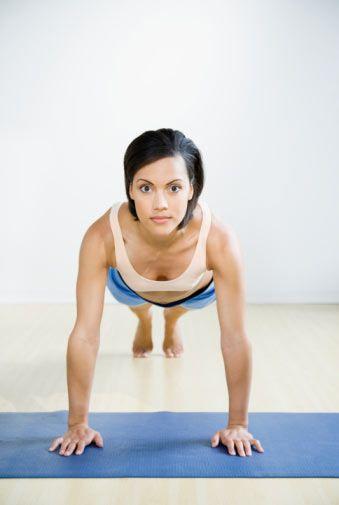 2. Şınav çek!   a)Bacaklarını dizlerinden büküp kollarına ağırlık ver. b)Hafifçe öne doğru eğil. c)Dizlerinin üzerinde şınav çekmeye devam et.  Bu hareketi, her gün üç set olarak 15 defa yap. Bu şekilde kollarını üç hafta içinde istediğin şekle sokabilirsin.